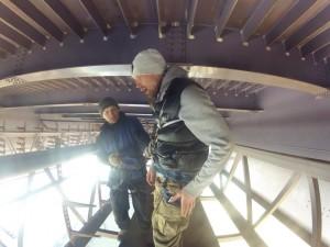 Экстремальные задания проводятся под руководством профессиональных промышленных альпинистов